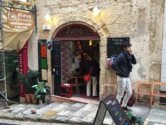 Piadina Caffe - tolles kleines Bistro-Cafe in Valletta. Wer mal da ist unbedingt die leckerer Piadinas probieren und evt. seht Ihr Fritz auch. Ist sein Stammbistro. :)