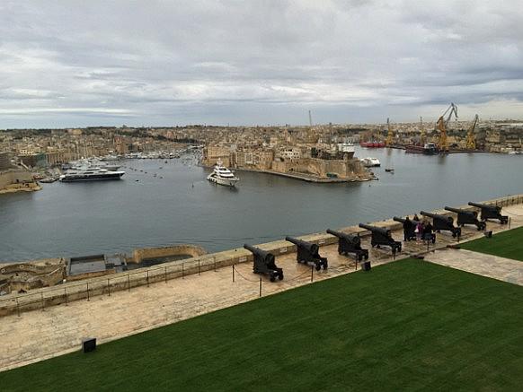 Hafen von Valletta und die Saluting Battery.