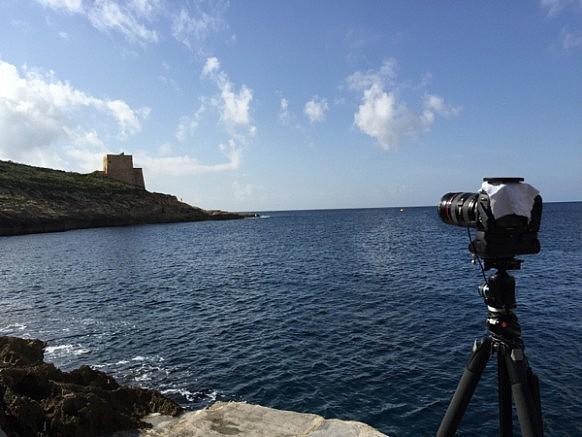 Tuch, damit die Sonne nicht in den Sucher scheint. Hat Nikon (ausnahmsweise) mal Canon was voraus. :) Die haben das standardmässig.