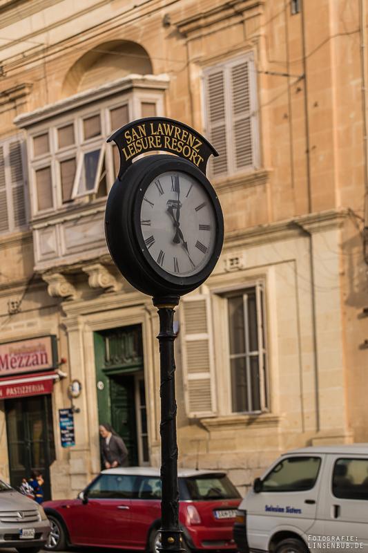 Überall wird Englisch gesprochen. Malta ist eine ehemalige UK-Kolonie.